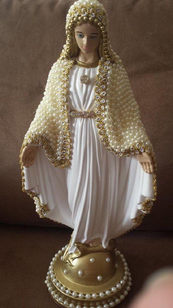 Nossa Senhora das Graças com detalhes do rosto pintado, em gesso, com manto revestido em pérolas, de 32 cm de altura.