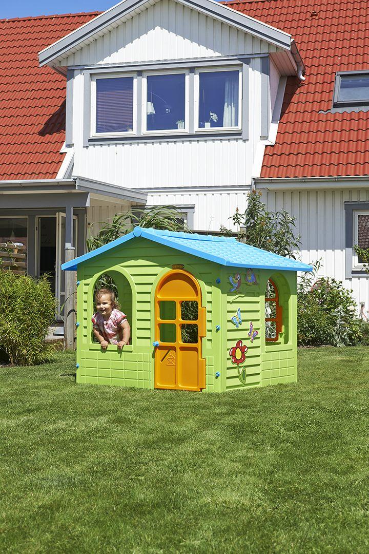 Trevlig lekstuga av plast. Med söta dekorationer på väggarna samt dörr och ett fönster som kan öppnas. Kan placeras både inom- och utomhus. #biltema #lekstuga #tillbarnen