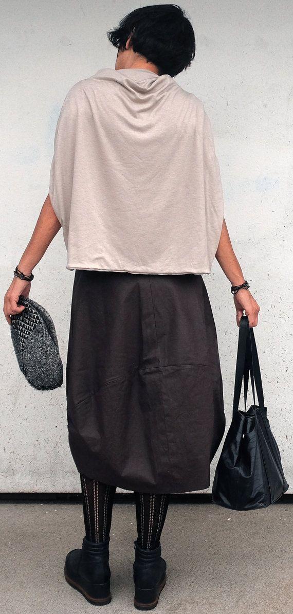 è una gonna midi,piuttosto larga in cotone resinato di medio peso ( come il jeans) questa gonna in cotone marrone è perfetta per le donne che preferiscono nascondere i propri fianchi,o perchè troppo larghi o perchè inesistenti; infatti è una gonna midi strutturata per far si che