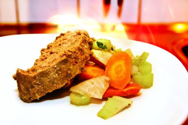 Lergrytad köttfärslimpa med rotsaker, brunsås och lingonsylt