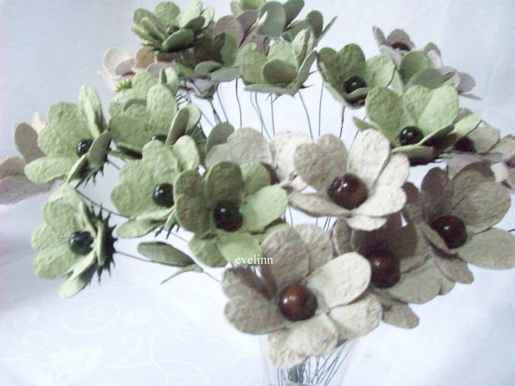 kwiaty z recyklingu jako ozdoba stołu