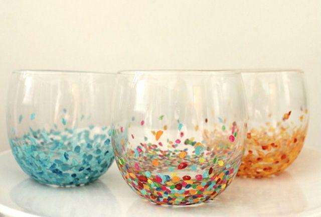 Je koopt de meest simpele glazen (of dus theelichtjes), die je omtovert tot een heel feestelijk geheel. Voor de confetti stipjes kun je acrylverf gebruiken, maar ik denk dat nagellak ook geweldig werkt!