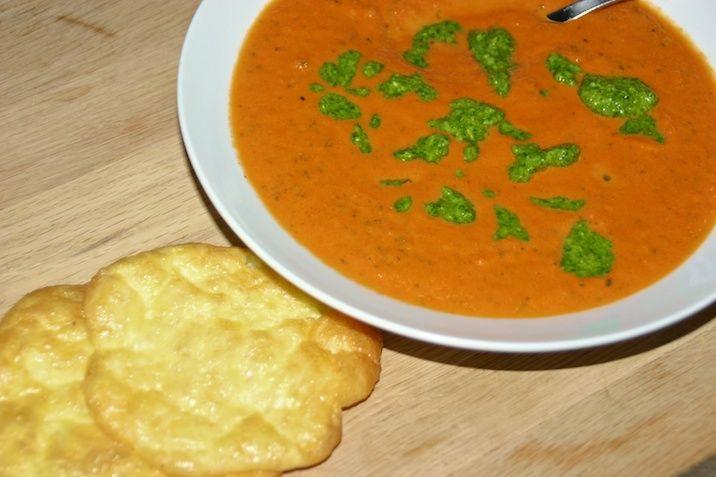 Tomat og squashsuppe med pesto og osteklatter
