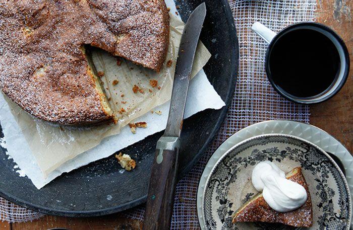 Recept på en lyxig äppelkaka med vit choklad. Klyfta ner syrliga äpplen i en lite kladdig kaka med vit choklad och kardemumma. Baka gärna kakan en dag i förväg, den blir bara godare om den får stå till sig.