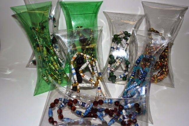 siartesanato: colar de rolinhos de revista em embalagem de pet