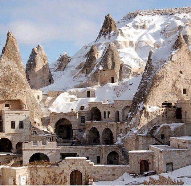 """Göreme situé entre les """"cheminées de fées"""" formations rocheuses en Cappadoce #Turquie #Voyage #Paysage"""