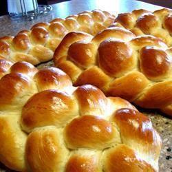 Challah ist ein jüdischer Hefezopf, der sich perfekt für den Oster Brunch eignet. Das Rezept zum Video gibts auf Allrecipes Deutschland http://de.allrecipes.com/rezept/922/j-disches-sabbatbrot--challah-.aspx