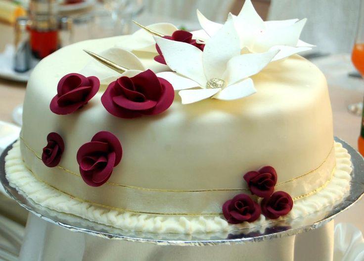 Kake dekorert med roser http://kakene.no