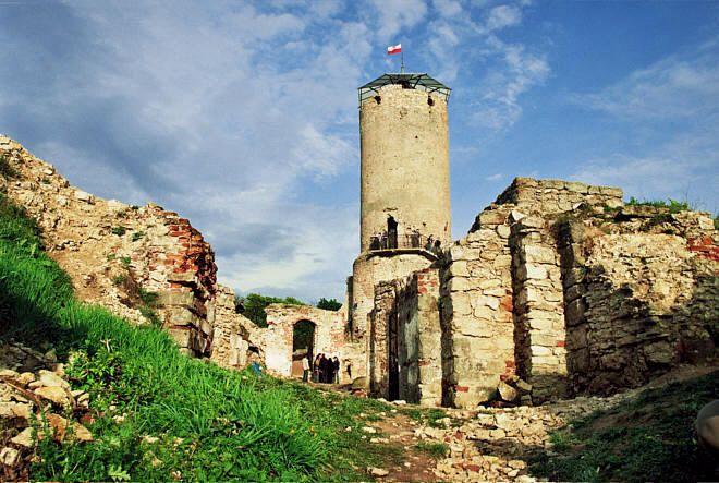 Zamek w Iłży - W ruinach tutejszego zamku często odbywają się rycerskie turnieje. W długi majowy weekend, zawsze 2 i 3 maja odbywa się tu największy turniej na Mazowszu, gromadzący setki uczestników i tysiące turystów.