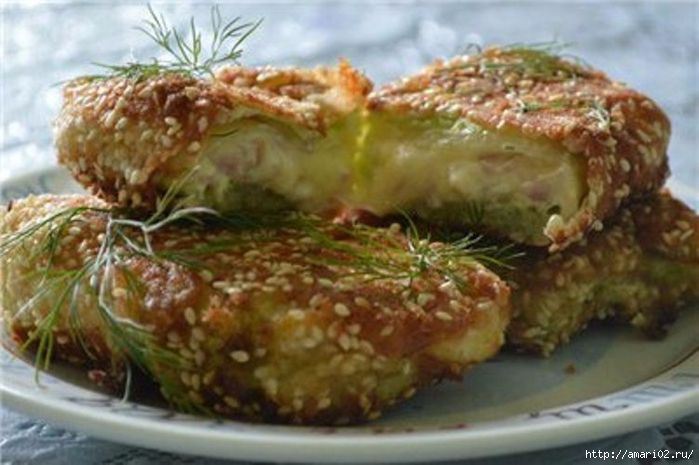 Ингредиенты для 5 штучек: 5 целых капустных листьев. тертый сыр 70 г. 2 зубчика чеснока. ветчина ( нарезка ) 5 кусочков. майонез. Приготовление: яйцо взбить + соль по вкусу мука и панировочные сух…