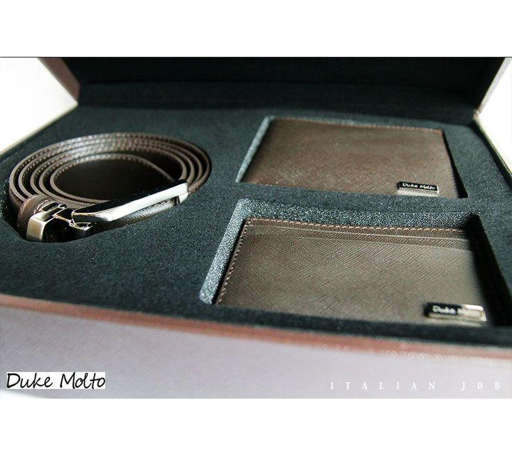 Duke Molto Casse Marrone III: %100 deri kaplı ahşap kutu içinde, %100 deriden el yapımı cüzdan, kartlık ve boyu tokadan ayarlanabilir kemerden  oluşan şık bir erkek aksesuar seti. Özel Günleriniz için uzun yıllar kullanılıp sizi sevdiklerinize hatırlatacak class bir hediye seçeneği. Güvenli alışveriş ve ücretsiz kargo avantajıyla Türkiye' nin her yerine 1-3 iş günü teslimat.