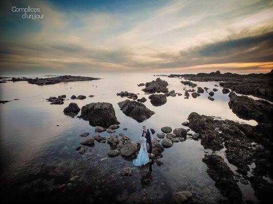 Complices d'un jour - Photographe de mariage. Vue d'un drône. Trash the dress au coucher de soleil sur la plage