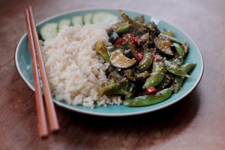 Dit is een super simpel recept voor een vegan woksaus! Serveer met rijst en je bent binnen mum van tijd klaar.