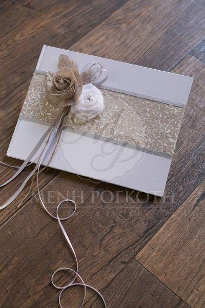 Βιβλίο ευχών για γάμο λευκό με υπέροχη φάσα με φλοράλ τύπωμα και χειροποίητη διακόσμηση με λουλούδια