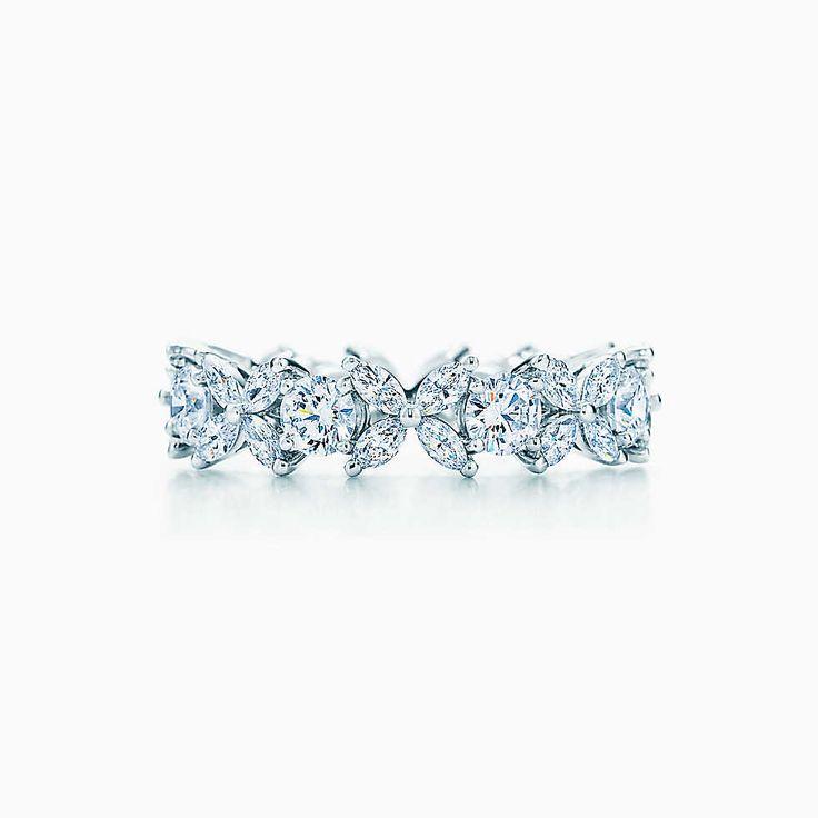 Anillo alternado Tiffany Victoria™ en platino con diamantes.