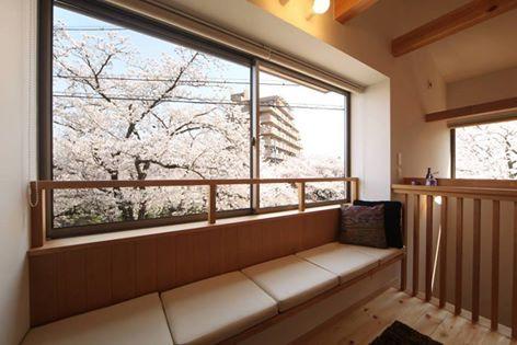 日本的櫻花微美地令人止息,若是家門前有幾株櫻花樹,絕對要把這風景收入室內。因此建築師的窗景對應到櫻花盛開的高度,讓這宛如詩畫的景象陪伴著生活。同時室內採取木質調的鋪陳,搭配平均的採光使空間瀰漫著輕柔與愜意。 via 青木昌則建築研究所