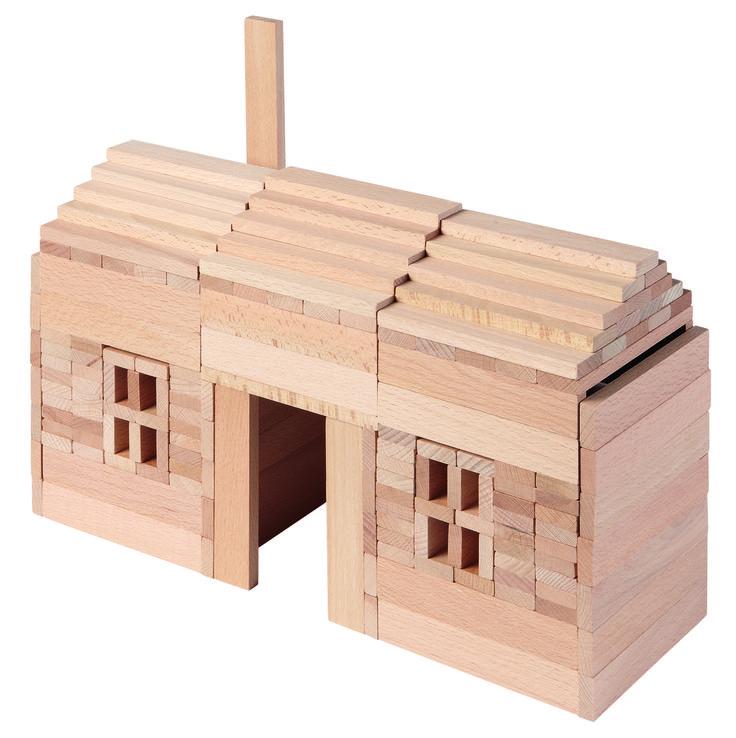 """200 bouwstenen gemaakt van onbehandeld beukenhout vormen een bouwpakket in de nieuwe serie """"goki-natuur ', die instaat voor de wens van de consument voor onbehandelde houten speelgoed. Het is verbazingwekkend hoeveel geheel andere structuren kunnen worden gemaakt met behulp van de bouwstenen die allemaal geheel dezelfde afmetingen hebben. De bouwstenen bevorderen de creativiteit van de kinderen en verbeelding vooral door de sterk verminderde vormgeving en het volledig ontbreken van kleuren."""