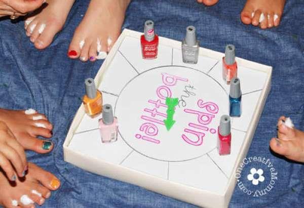 Faites tourner la bouteille en version vernis à ongles. 15 idées d'animation de fête d'anniversaire pour s'amuser comme des fous