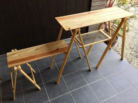 """■アウトドアで使用する木製カウンターテーブルです。⚠️現在、最大で4週間お待ち頂いております。納期はメッセージにてご確認ください。*木の棚2枚、ステンレスの棚1枚と各スタンドのセットです。ステンレスの棚は、熱い鍋などを直に置いたり食器の水切り等に使用できます。*小さなお子様がおられるファミリーキャンパーにも安心してお使い頂けるよう、自然の植物油からできたオスモカラーや蜜蝋ワックスなど安全な塗料を使用しています。★★ オーダーできます ★★❶上・下段の棚の高さ (上段高さは最大87㎝まで)❷ステンレス部分の長さ(最大70㎝まで)❸反対サイドの下段に木製棚とスタンドを追加❹棚板を杉から高品質な""""桧""""に変更できます。→❷❸❹は有料です。メッセージにてご相談ください。 ※❸はギャラリーの写真をご参照ください。□ サイズ □木製棚 ・約100㎝×36㎝ 上段の棚までの高さ約87㎝・約76㎝×28㎝ 下段までの高さ約53㎝ステンレス棚のステンレス部分 約25㎝×42㎝ スタンドの幅 約38㎝総重量 約5㎏【安全にお使い頂く為に必ずお読み下さい】◉本品は、キャンプでの積載・..."""