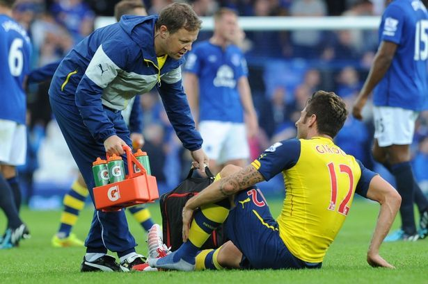 Olivier Giroud seeks specialist for his limp injury happened in Everton last Saturday,Arsenal worries for his longterm rest.