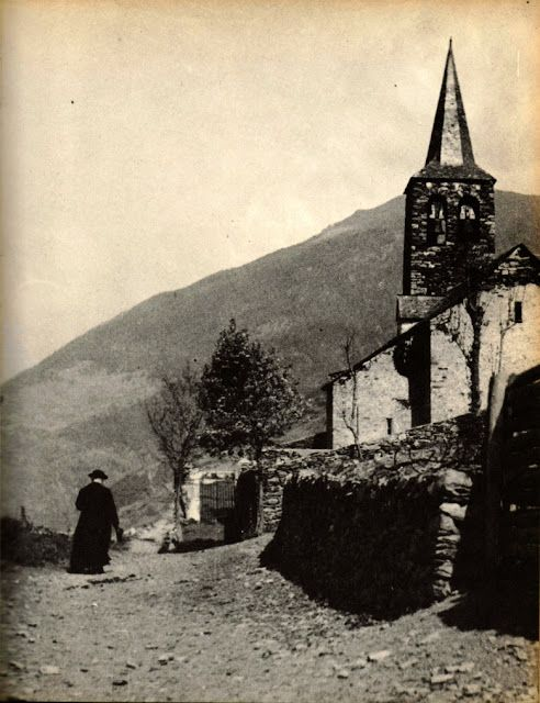 1968. Vall d'Aran, «Catalunya Visió 2», Vallverdú/ Sirera. El Mossèn, amb  sotana llarga, al costat del campanar romànic del Mont, Mig Aran.