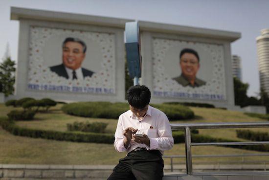 北朝鮮では、金正恩氏が権力を継承してから5年の間に、携帯電話などのデバイスやメディアの利用者が急増し、人々はかつてないほど多くの情報を外の世界から入手できるようになっている。だが人々が利用している携帯電話網が国営であることから、この長らく孤立を続ける全体主義国家では、国家による前代未聞の検閲と監視が可能になっているという。