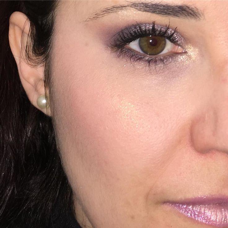 Buenos días!!! Este fue el maquillaje de ayer. Iluminador #everywhere . Para los ojos usé dos paletas de #makeuprevolution  la #girlsonfilm y #diadelosmuertos .#makeuplook #fotd #motd #look #eyemakeup #instamakeup #evamcobos #evamcobosbeauty  #evaimnotmua #imnotmua #cosmetics #maquillaje #cosmetica #beauty #belleza #makeuplover #makeupaddict #allaboutmakeup #makeup  #ilovemakeup #makeupbyme #makeupobsessed #makeupart #makeuplove #makeupfanatic