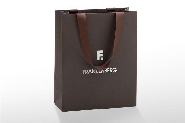 Papiertaschen bedrucken mit 1-farbigen Druck und passendem Satinband bestückt
