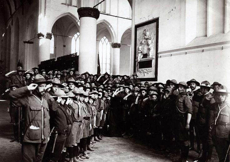 Landverkenners, padvinderij / scouting. Padvinders salueren (padvinders groet) op Koninginnedag in de Grote kerk van Naarden, Nederland 1911. Fotograaf - onbekend. #gooisemeren