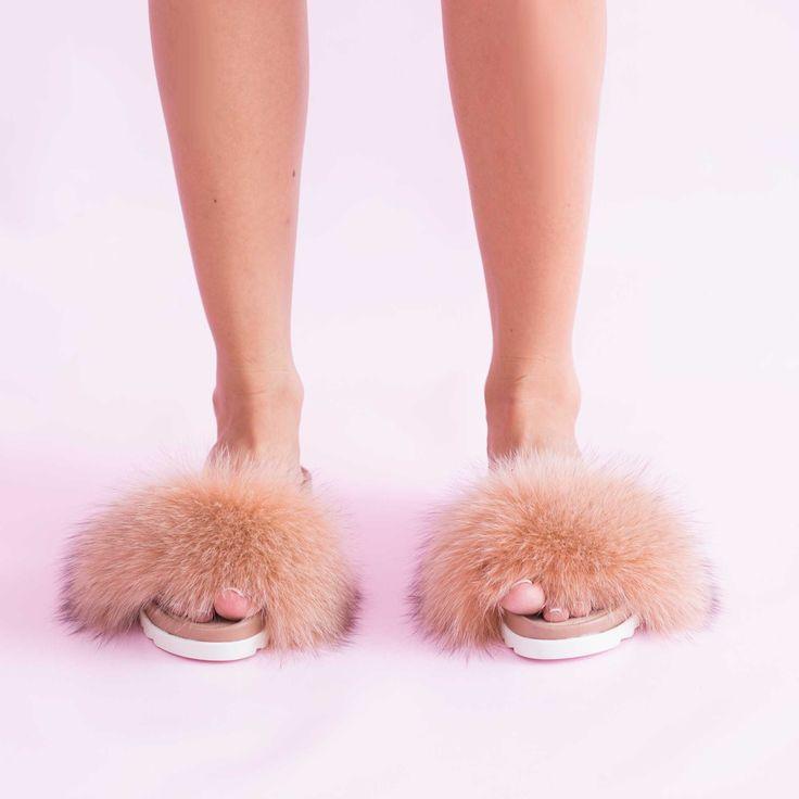 Pentru vara 2016, v-ampregătit unele dintre cele mai frumoase modele de sandale de damăaccesorizate cu…