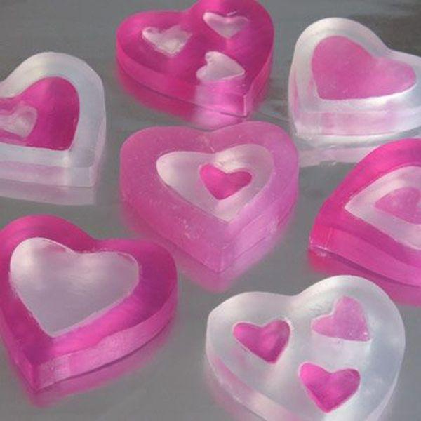 Regala unos jabones naturales en la forma de corazones a tu pareja para San Valentín.