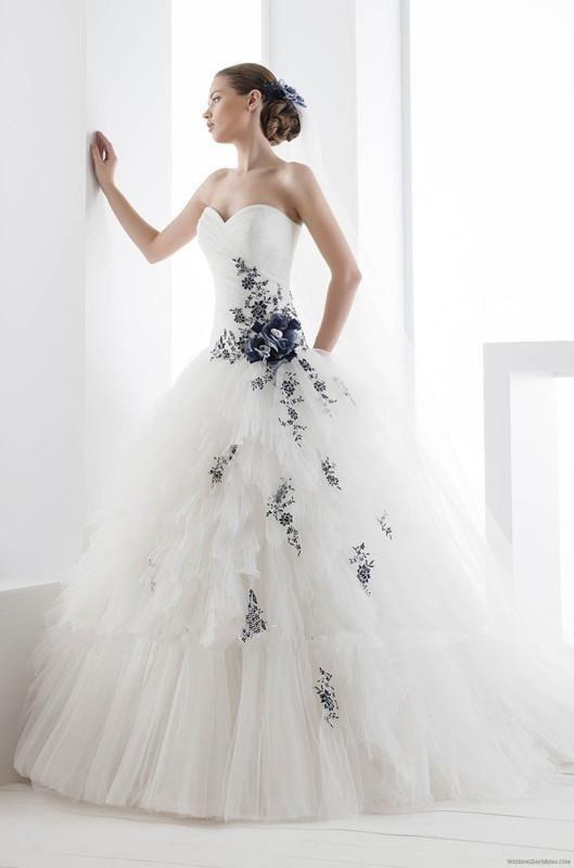 I colori più gettonati per le nozze: quando la sfumatura fa la differenza abito bianco e blu
