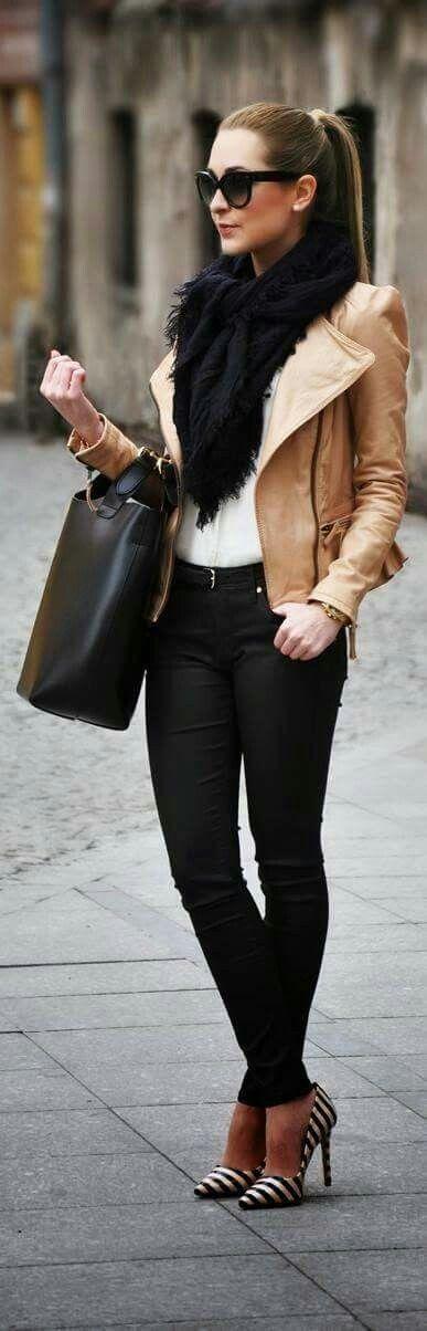 Jean negros  Chaqueta tipo curro color camello  Bolso de mano negro  Zapatillas  De rallas  Un outfit  perfecto para ir al colegio