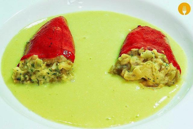 Deliciosa receta de pimientos del piquillo rellenos de verduras. La suave textura del pimiento combina a la perfección con el cremoso relleno de setas. Com