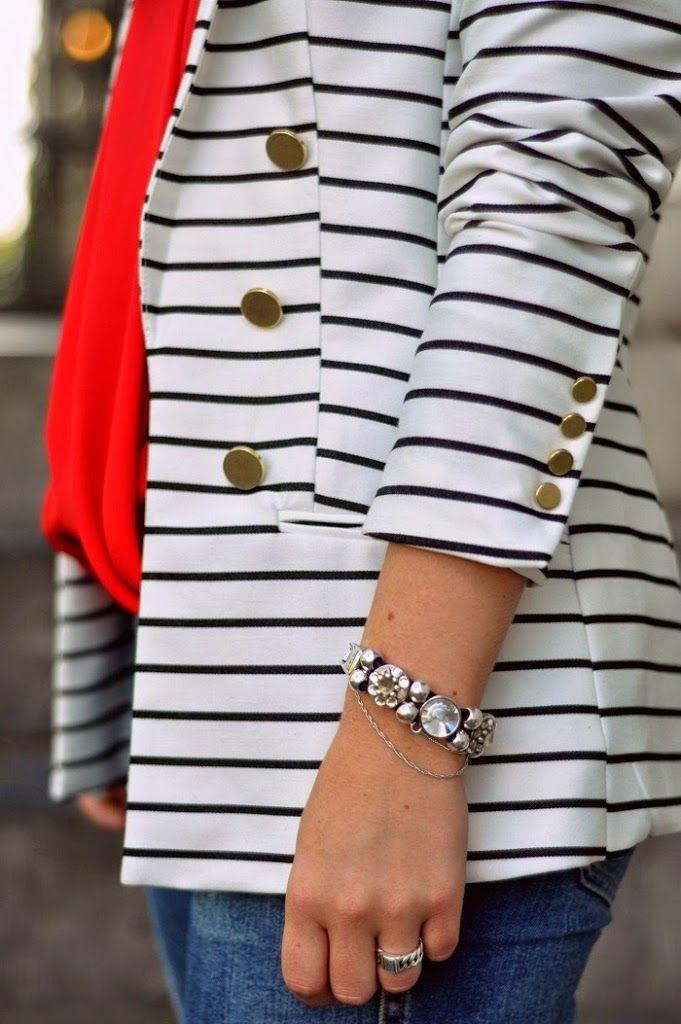 Casual chique outfit met streepjes blazer, rode blouse en ripped jeans #thenewgirlintown