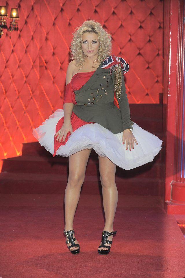 """Kasia Cerekwicka w sukience z motywem flagi na planie show """"Tylko nas dwoje"""", 2010 rok."""