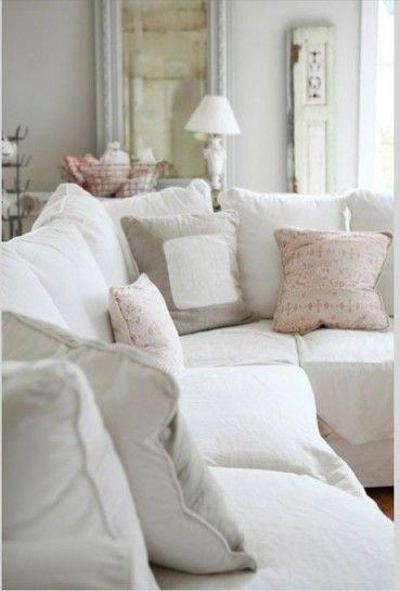 Divani chiari per un salotto piccolo - Tinte del bianco per arredare un salotto lungo e stretto.