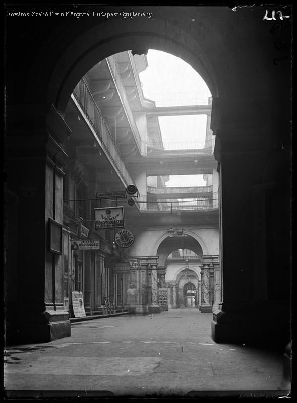 Budapest, 1929 A Dobler-bazár udvara, átjáróház, Király utca 16 Kinszki Imre