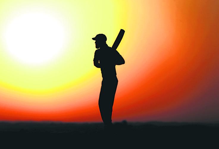 ABU DHABI, ZJEDNOCZONE EMIRATY ARABSKIE. Australijski krykiecista, Glenn Maxwell został uchwycony w zjawiskowej scenerii – podczas wschodu słońca nad pustynią.