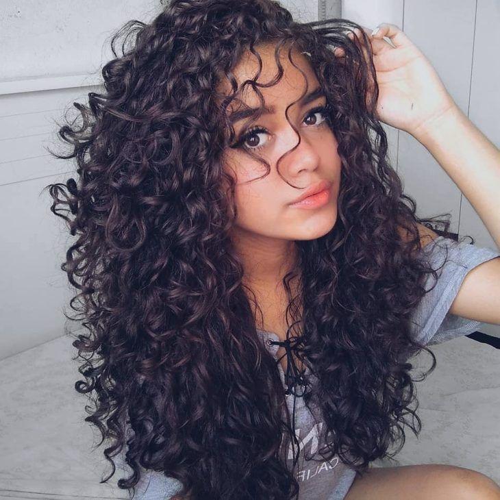 Cabelos cacheados: veja cortes, penteados e saiba como cuidar