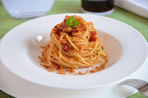 Un primo piatto veloce ma molto stuzzicante: spaghetti con pomodorini secchi, acciughe e pan grattato, pochi ingredienti dal gusto deciso.