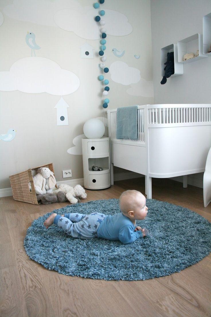 une décoration tons bleu, blanc et gris  pour une adorable chambre de petit garçon