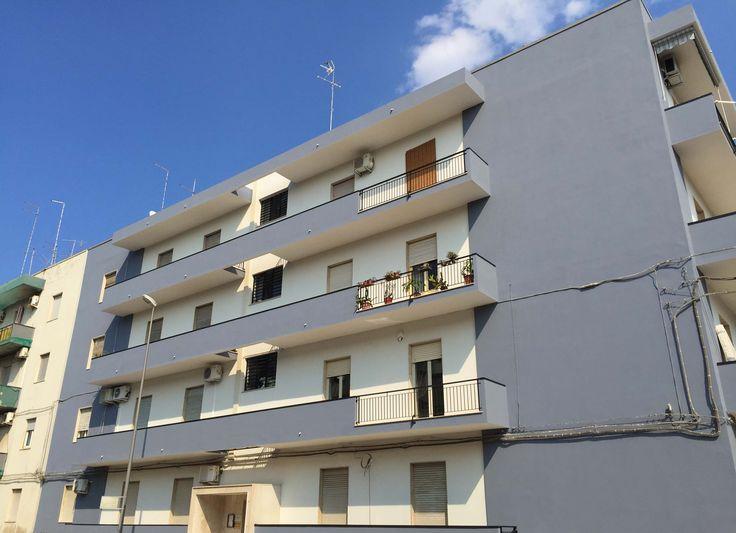 SIRACUSA VENDITA APPARTAMENTO VIALE TUNISI IA80181 vendesi in piccolo condominio, con facciata rifatta, ed ascensore in fase di installazione, trivani luminoso e soleggiato di mq 80, composto da salone, due camere da letto, cucina abitabile e bagno. Classe Energetica G, Ipe: 135,00 kwh/mq. Euro 78 mila interamente mutuabile per euro 300,00/mese.