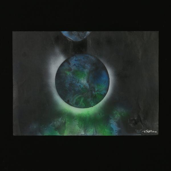 Tecnica mista su carta. L'artista Tony Dallara è più noto per la sua attività di cantante (ha vinto il Festival di Sanremo nel 1960), ma negli anni '70, ritiratosi dal mondo della musica, si è dedicato a una sua altra grande passione, la pittura. Rimasto folgorato dalle nuove possibilità di esplorazione offerte dalle missioni spaziali di quel tempo, inizia a dipingere immagini lunari, pianeti e orbite che propongono un viaggio alla ricerca dell'infinito, dimensione simbolica per r...