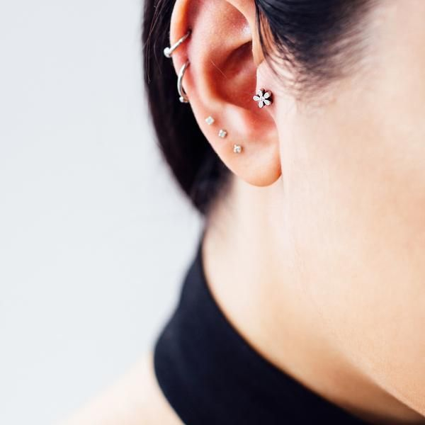 Floral design tragus/ cartilage piercing in silver, decorated with diamonte stone. This girly piercing is comfortable & nickel free. Material:316L Medically graded Surgical steel Gauge: 16g Height of bar: 6mm (External screw on both sides) Size of flower: 4mm L x 4mm W