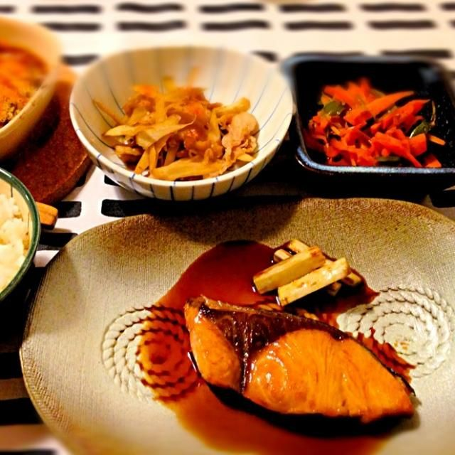 久しぶりに晩ご飯作った気がする~ - 20件のもぐもぐ - ぶりの照り焼ききんぴらゴボウピーマンと人参のお浸し茄子のカレーグラタンレタスのお味噌汁 by mocha