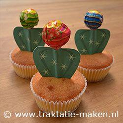 Cactus muffin. Nodig: Muffinmix + ingrediënten, Lolly, Werktekening, evt. leuke cupcake papiertjes, Dubbelzijdig tape, Nodig: Bereid en bak de muffins volgens de verpakking en laat ze afkoelen. Print de werktekening en knip ze uit. Vouw de werktekening om het stokje van de lolly en plak deze vast met tape. Steek de cactus in de muffins en klaar ben je.