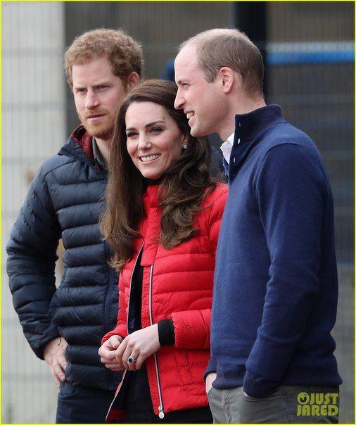 Принц Уильям, его супруга Кейт Миддлтон и принц Гарри посоревновались во время тренировочного дня в преддверии Лондонского марафона в Олимпийском парке.