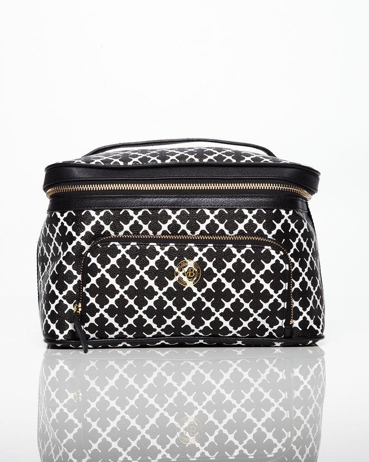 Stor och rymlig necessär från By Malene Birger i det populära mönstret arabian flower i svart och vitt. I necessären finns det en liten sminkväska och spegel. Perfekt necessär om du vill ha koll på dina saker.