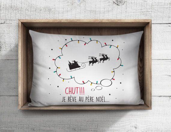 """Enjolivez le lit de votre enfant pendant la période des Fêtes grâce à une jolie taie d'oreiller festive de la marque À Plate Couture qui le transportera, en rêves, jusqu'au village du père Noël. - Taie imaginée et fabriquée au Québec.  - 20"""" x 28"""""""